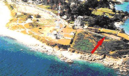 Un mur ferme la propriété Lascar le séparant de la parcelle voisine