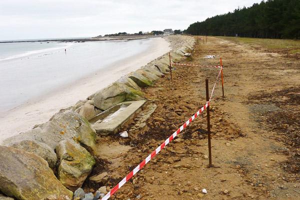 L'enrochement après une grande marée en 2011 à Mousterlin