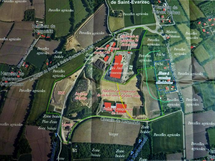Zoom du site : les délimitations de la zone ICPE (en vert) et les distances légales de 50 m (bleu) et 200 m ( jaune) figurent en couleurs