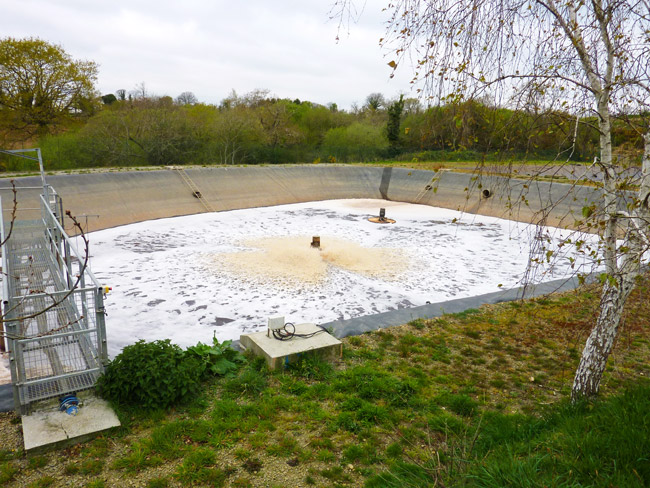 Lagune aérée récupérant les jus du compostage des algues vertes