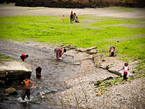 Le Ris le 18 aout 2012 : une plage verte pour certains et …une salle de bains dans le ruisseau pour d'autre