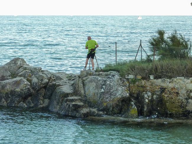 Photo 06 : L'Arrêt de la Cour d''Appel de Nantes (1996) annulant la suspension de la servitude à Bot Conan, n'a jamais été appliqué. L'aménagement d'un escalier maçonné, en 2002, n'a absolument rien résolu ; le passage est toujours impossible à marée haute, sauf... aux adeptes du Triathlon !