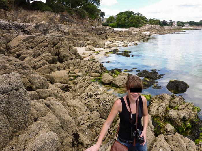 Photo 11 : une journaliste sur le terrain…ou plutôt dans les rochers !