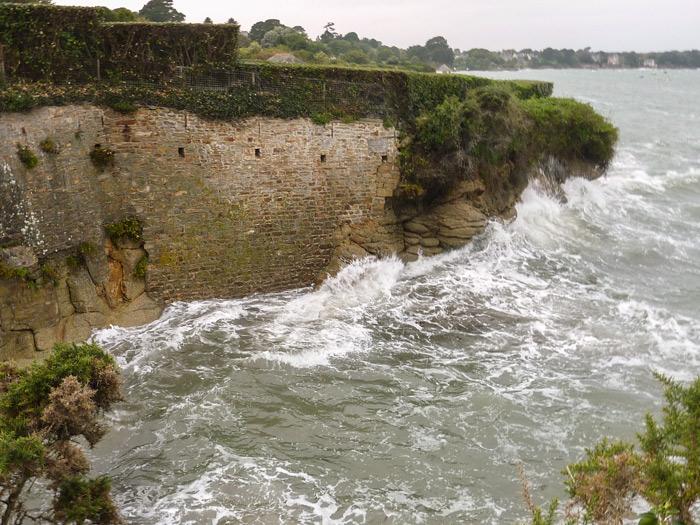 Photo 12 : exemple de danger évident au bas des falaises du sémaphore (parcelle CB 41).