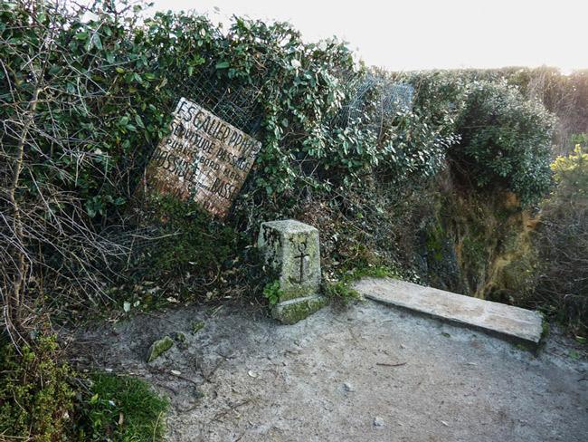 """Photo 1 : le sentier côtier à la Pointe du Sémaphore : le propriétaire riverain (Lepage/SIMBB à l'époque - 1978) l'a autoritairement arrêté ici, nous construisant un escalier privé aboutissant sur la grève, et apposé un écriteau """" servitude possible à marée basse""""... en effet, car à marée haute...il faut voir la photo n°12)."""