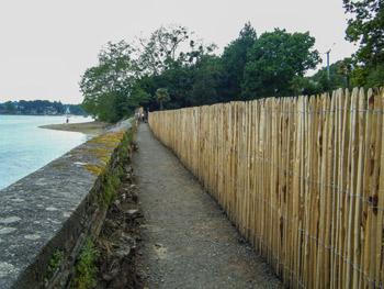 Photo 04 :   Servitude piétonne à La Forêt-Fouesnant : Ici, l'ASPF a obtenu « à l'amiable » avec un riverain coopératif, un aménagement léger, esthétique et peu coûteux.