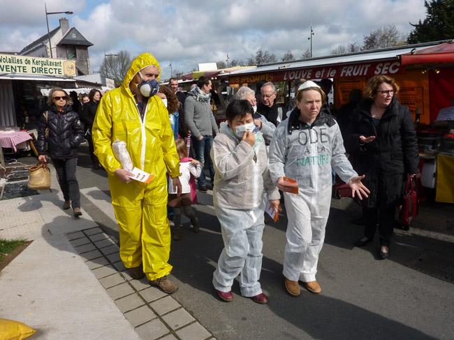Photo 04 : les militants font le marché du samedi à  Quimper.