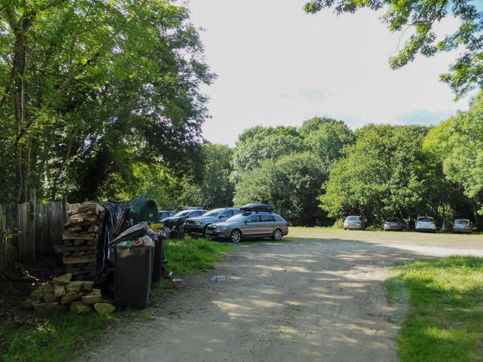 Photo 2 : parking sauvage chez ... Monsieur Polaillon, hors projet de 2010, avec les véhicules qui surplombent un ruisseau en Zone Humide (ZH)  au fond en contrebas.
