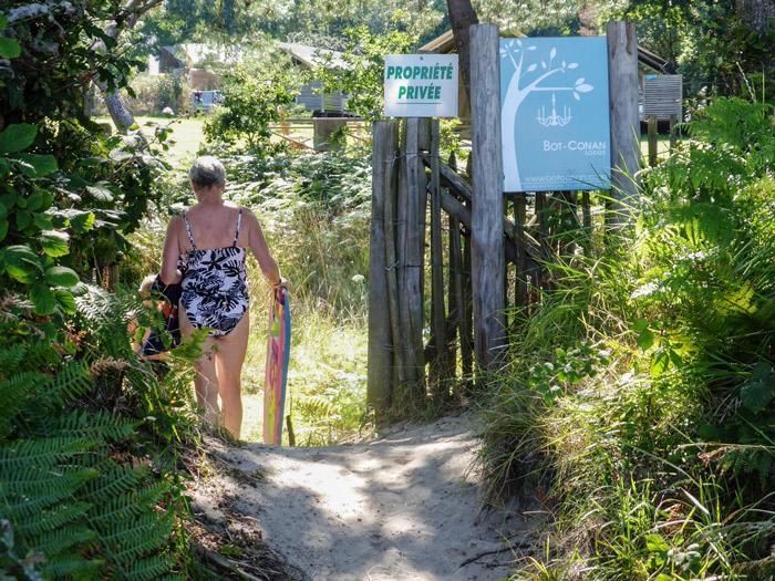 Photo 3 : belle plage fréquentée surtout par des touristes étrangers du Bot-Conan Lodge, qui vont, qui viennent par le petit portail, pourtant considéré comme illégal par la Préfecture en 2010 !